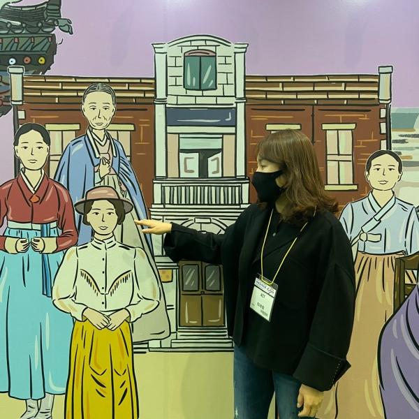 최세정 교육사업팀장이 '반지길' 운영 취지 및 성과와 그림 속 근대기 진취적 여성들에 대해 설명하고있다.