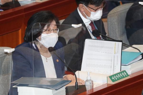 이정옥 여성가족부 장관이 5일 서울 여의도 국회에서 열린 예산결산특별위원회 전체회의에서 의원들 질의에 답변하고 있다. ⓒ여성신문·뉴시스<br>