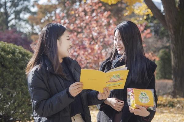 선배라면 팸플릿과 라면 기념품을 들고 있는 이화여대 재학생들. ⓒ이화여대