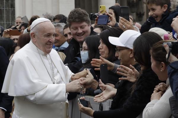 프란치스코 교황이 26일(현지시간) 바티칸의 성 베드로 광장에서 열린 주례 일반 알현 행사에 나가 사람들과 인사하고 있다. ⓒ뉴시스·여성신문