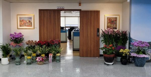 시민들이 권시장의 건강회복을 기원하며 보낸 손편지와 꽃바구니, 화분이 대구시청 2층 시장실 앞에 놓여있다.