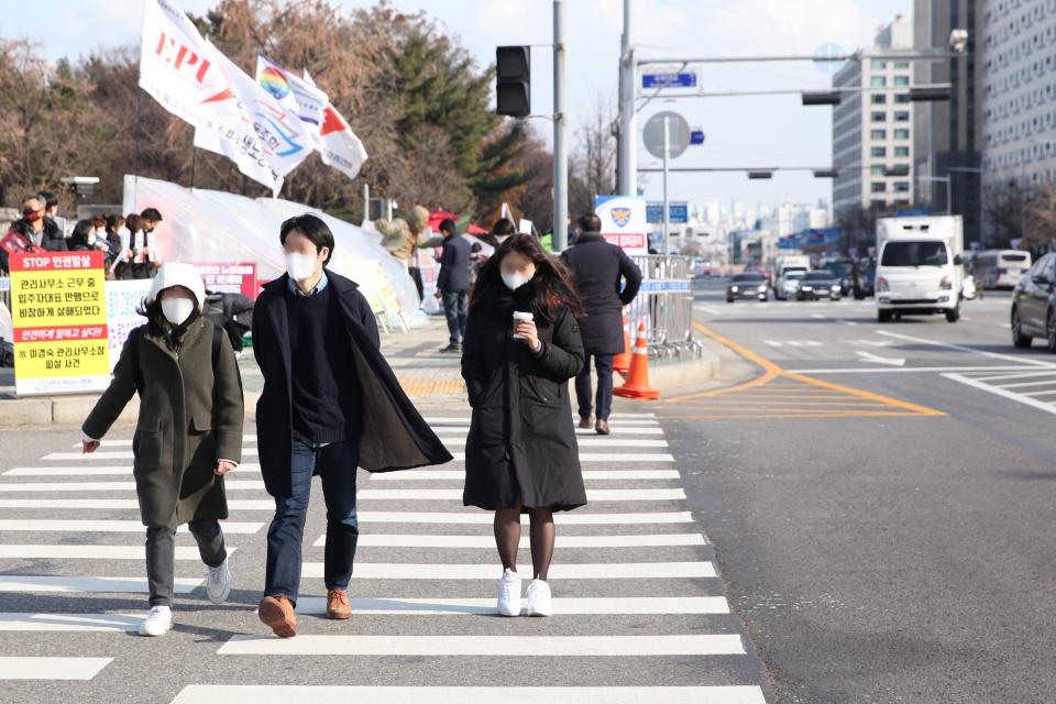 27일 오전 서울 여의도 한 사거리에서 시민들은 추위에 떨며 발걸음을 빠르게 옮기고 있다. ⓒ홍수형 기자