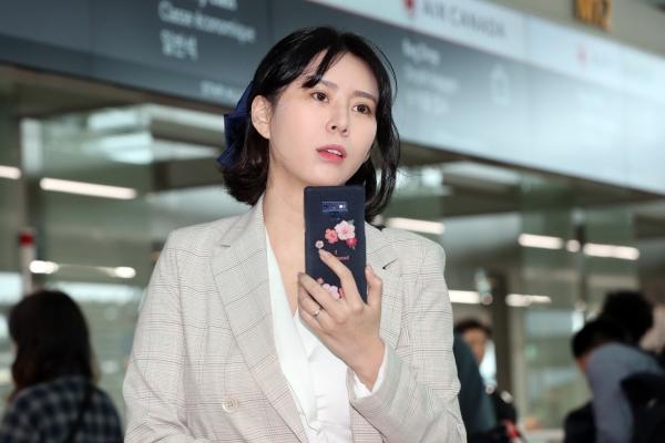 윤지오씨가 24일 오후 인천국제공항 제1터미널에서 캐나다 토론토로 출국 중 취재진을 촬영하고 있다. ⓒ뉴시스·여성신문