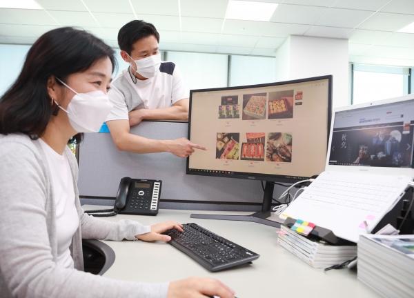 삼성전자 임직원들이 '추석 맞이 온라인 장터'에서 쇼핑을 하는 모습. ⓒ뉴시스<br>