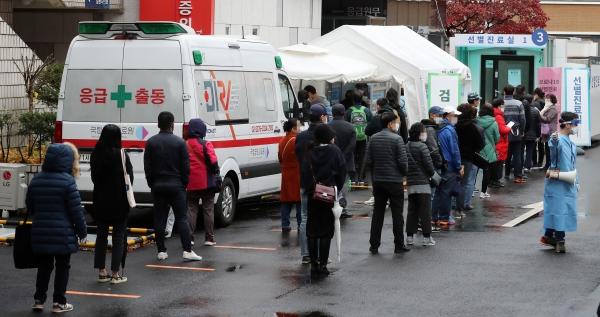 22일 오전 서울 중구 국립중앙의료원 코로나19 선별진료소에서 시민들이 줄지어 검사를 기다리고 있다. ©뉴시스·여성신문