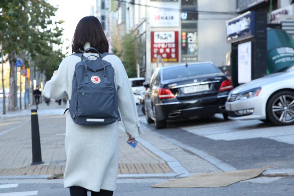 30일 오후 서울 강남구 한 거리에서 가방을 맨 여성이 학원가를 걷고 있다. ⓒ홍수형 기자