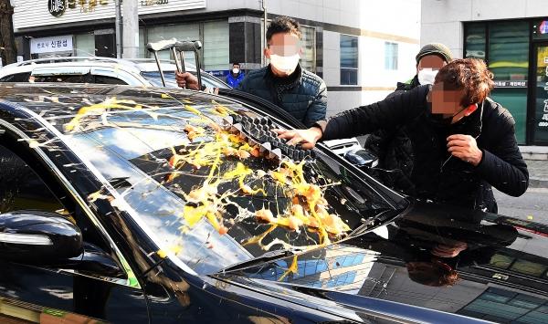 11월 30일 오후 광주 동구 광주지방법원에서 전두환 씨의 사자명예훼손혐의 재판이 열린 가운데 5·18부상자회 회원들이 전 씨 측 차량에 계란을 던지고 있다. ⓒ뉴시스·여성신문