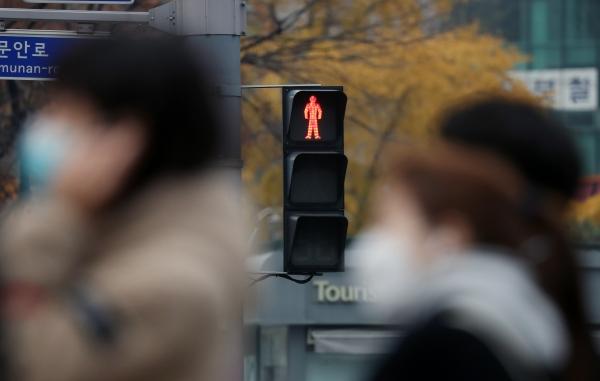 정부가 사회적 거리두기 1.5단계로 코로나19 유행세를 통제하겠다고 나섰지만 작업장과 사우나 등 일상감염이 지속되고 있는 18일 서울 광화문 사거리에서 마스크를 쓴 시민들이 출근하고 있다. 2020.11.18. ⓒ뉴시스·여성신문