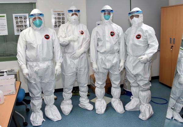 대학수학능력시험을 하루 앞둔 2일 오후 부산지역 병원시험장에서 감독관들이 방호복 착용 요령 등에 대한 교육을 받고 있다. ⓒ부산교육청
