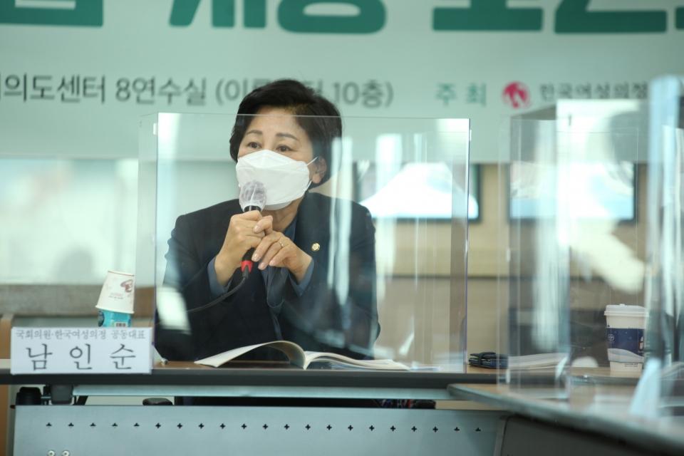 3일 오전 서울 여의도 KMA 여의도센터에서 한국여성의정과 한국여성정책연구원이 '정치관계법 개정 토론회'를 열고 남인순 더불어민주당 의원은 발언을 하고 있다. ⓒ홍수형 기자