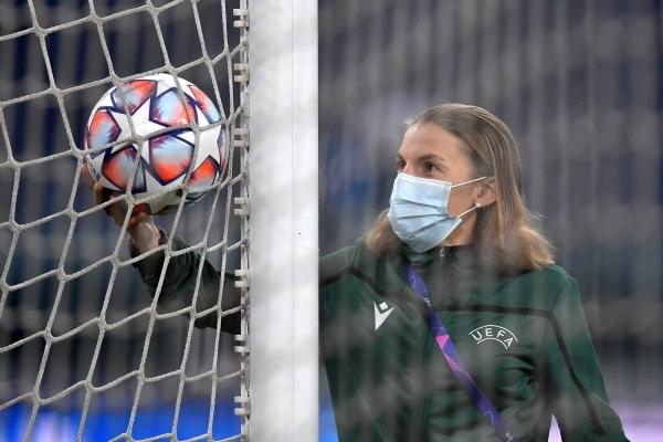 프랑스의 축구 심판 스테파니 프라파르가 지난 2일(현지 시간) 유벤투스(이탈리아) 대 다이나모 키에프(우크라이나) 경기에서 주심을 맡았다. ⓒFIFA Women's World Cup 트위터 캡처