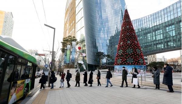 수도권 사회적 거리두기가 2.5단계로 격상된 8일, 서울 서초역 일대에서 출근길 시민들이 거리두기하며 버스 탑승을 기다리고 있다. ⓒ뉴시스·여성신문