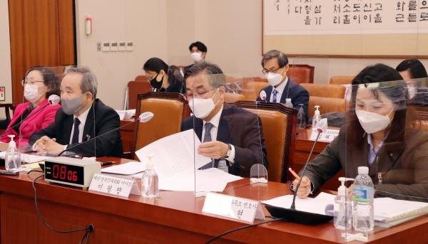 8일 서울 여의도 국회에서 법제사법위원회 '낙태죄' 개정과 관련해 여야 추천 전문가들이 발언하고 있다.