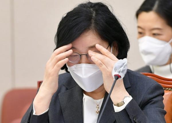 이정옥 여성가족부 장관이 10일 오전 서울 여의도 국회에서 열린 여성가족위원회 전체회의에 참석해 있다. (공동취재사진)