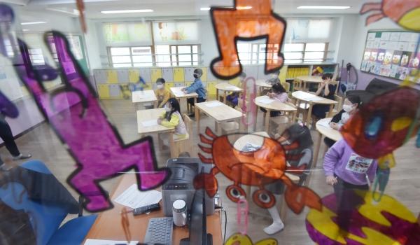 경기 안양시 만안구 덕천초등학교에서 운영중인 긴급돌봄교실. ⓒ뉴시스<br>