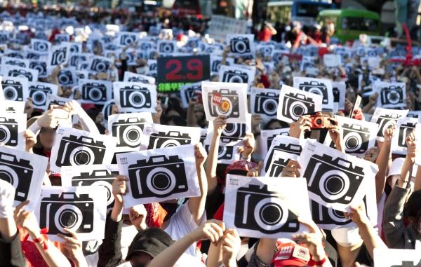19일 오후 서울 종로구 혜화역 2번출구 일대에서 열린 '불법촬영 편파수사 규탄시위'에 참여한 여성 1만2000여명이 불법촬영을 비판하는 퍼포먼스를 벌이고 있다. ⓒ이정실 여성신문 사진기자