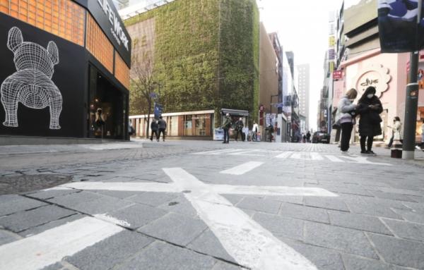 코로나19 확산세가 이어지며 수도권 사회적 거리두기가 2.5단계로 격상됐다. 6일 서울 중구 명동 거리가 한산한 모습을 보이고 있다.
