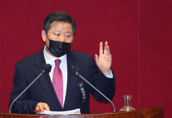 이철규 국민의힘 의원이 10일 서울 여의도 국회 본회의에서 15시 15분께 시작한 국가정보원법 전부개정법률안에 대한 무제한토론을 21시 50여분까지 6시간 넘게 계속하고 있다. ⓒ여성신문·뉴시스