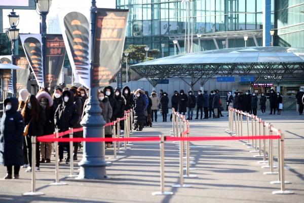 15일 서울역 광장에 설치된 코로나19 임시 선별진료소에서 시민들이 검사를 받기 위해 줄을 서고 있다. ⓒ뉴시스·여성신문