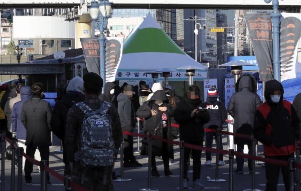 15일 서울역 광장에 마련된 중구 임시 선별진료소에서 시민들이 코로나19 검사를 받기 위해 줄지어 대기하고 있다. ⓒ뉴시스·여성신문