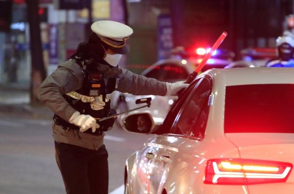 마포경찰서 교통안전과 경관들이 음주 단속을 하고 있다. ⓒ뉴시스