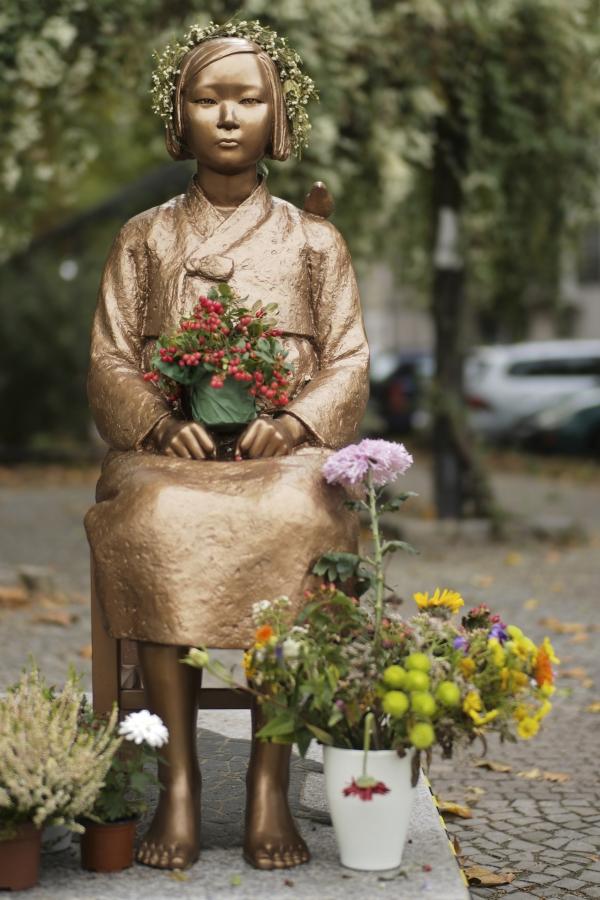 지난 9일(현지시간) 독일 베를린 미테구에 설치된 일본군 위안부를 상징하는 '평화의 소녀상'에 꽃 장식이 놓여져 있다. ⓒ뉴시스·여성신문
