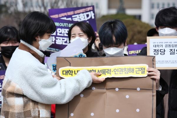 기자회견에서 '대학 내 권력형 성폭력 해결과 성평등한 대학을 위한 대학가 공동입법요구안' 관련 질의서를 만드는 퍼포먼스를 하고있다. ⓒ홍수형 기자