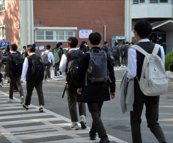 학생들이 교복을 입고 등교하고 있는 모습이다. 사진은 기사와 무관. ⓒ뉴시스·여성신문