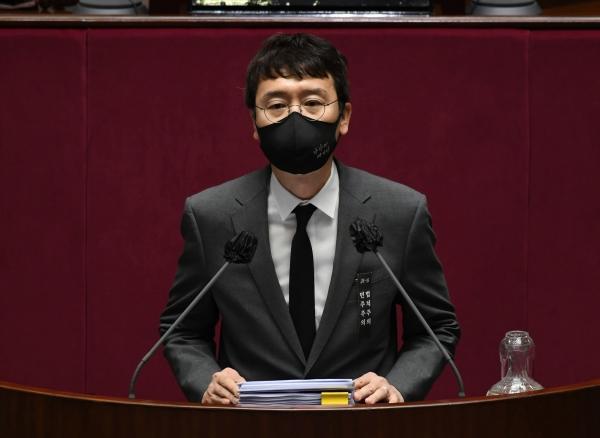 국민의힘 김웅 의원이 11일 서울 여의도 국회에서 열린 본회의에서 국정원법 개정안에 대한 무제한 토론(필리버스터)를 하고 있다. ⓒ여성신문·뉴시스