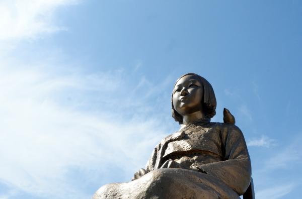 제2회 위안부 기림의 날인 14일 전북 전주시 풍남문광장에 설치된 소녀상 뒤로 맑은 날씨가 이어지고 있다. ⓒ뉴시스·여성신문