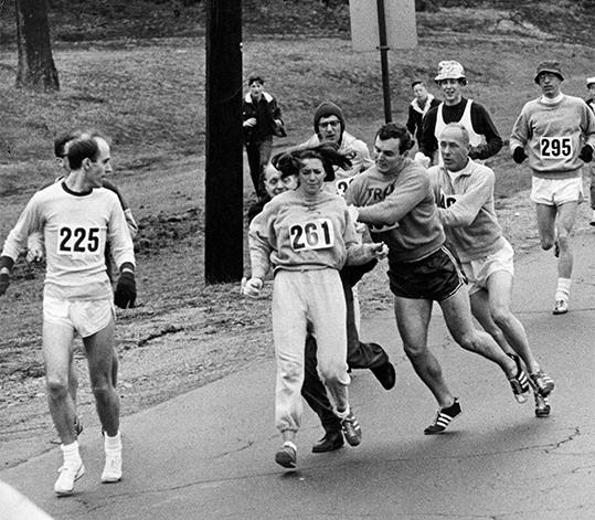 1967년 4월 19일 보스턴마라톤대회에 여성으로는 처음 출전한 캐서린 스위처(261번)가 레이스 도중 마라톤 조직위원회 감독관의 제지를 받자 연인과 코치 등이 말리고 있다. ⓒ보스턴글로브 자료