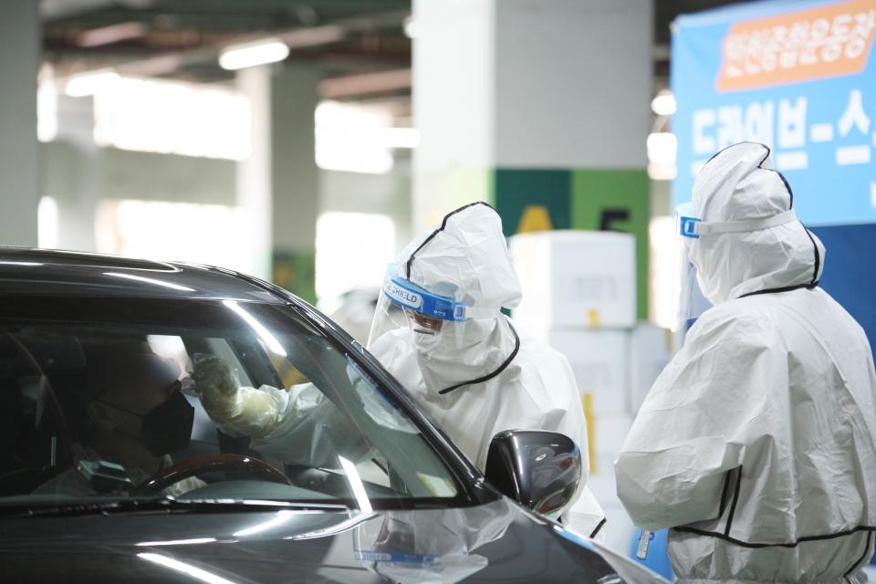 22일 오후 경기도 성남시에 위치한 한 드라이브스루 선별진료소에서 시민들은 차량에서 코로나19 검사를 받고 있다. ⓒ홍수형 기자