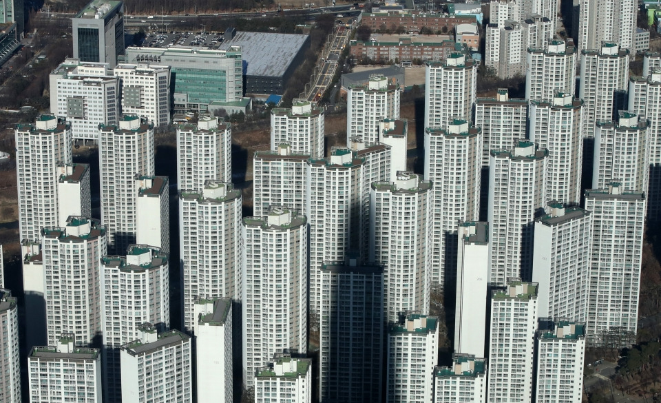 전세난이 심화하고 아파트값이 다시 상승하기 시작한 15일 서울 송파구 롯데월드타워 서울스카이에서 바라본 서울 시내 아파트 단지 모습이 보이고 있다. 이날 한국부동산원에 따르면 12월 첫째주 전국 아파트값 상승률은 전주(0.23%)대비 0.04%포인트 높은 0.27%로 집계됐다고 밝혔다. 이는 한국부동산원이 통계 작성을 시작한 2012년 5월 이후 8년 7개월 만에 최대 상승 폭이다. 2020.12.15. ⓒ뉴시스·여성신문