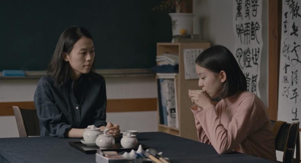 영화 「벌새」에서 주인공 '은희'와 관계 맺는 한문선생님 '영지'는 삶을 살아갈 힘을 주는 '언니' 같은 존재다. ⓒ(주)엣나인필름