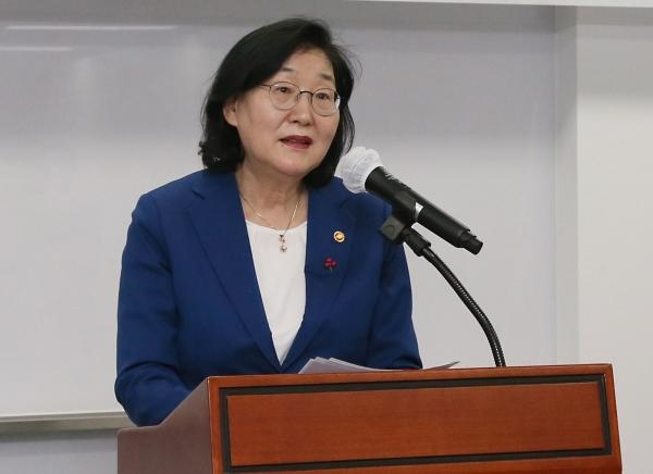 이정옥 여성가족부 장관이 28일 오후 서울 종로구 정부서울청사에서 열린 이임식에서 이임사를 하고 있다. ⓒ뉴시스·여성신문