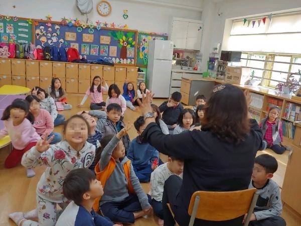 초등 돌봄교실에서 돌봄전담사가 학생들과 수업을 하고 있다. 초등 돌봄교실이란 방과 후 학교에 머물러야 하는 초등학교 1~3학년 학생들을 돌봐주는 제도이다. / 전국여성노동조합 돌봄지회
