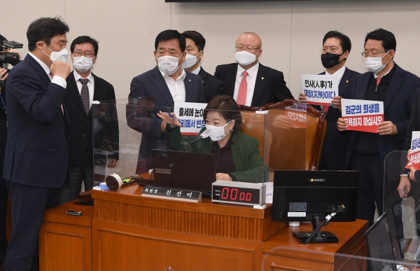 28일 서울 여의도 국회에서 열린 국토교통위원회 전체회의에서 진선미 국토교통위원장이 국민의힘 의원들이 항의 속에 변창흠 국토교통부 장관 인사청문보고서를 채택하고 있다. ⓒ뉴시스·여성신문