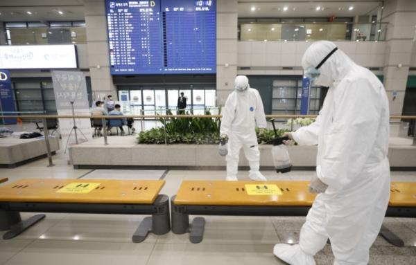 영국에서 확산한 코로나19 변이 바이러스가 국내에도 유입된 것으로 알려진 이튿날인 29일 인천국제공항 1터미널에서 관계자들이 방역을 하고 있다.&nbsp; ⓒ뉴시스·여성신문<br>