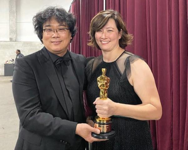 2020년 영화 '기생충'의 골든글로브·오스카상 수상 후 기념 촬영을 하고 있는 안젤라 킬로렌 당시 CJ E&M America COO와 봉준호 감독. ⓒ본인 제공
