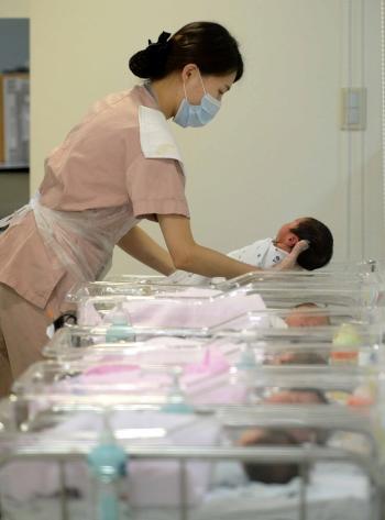 서울 강남구의 한 산부인과 신생아실에서 간호사가 아기들을 돌보고 있다. ⓒ뉴시스·여성신문