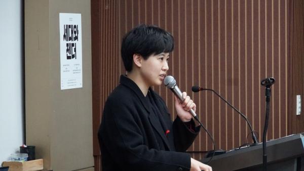2020년 1월 29일 연세대 연희관에서 열린 '세대와 젠더' 세미나에서 이민경 작가가 발언하고 있다. ⓒ민음사 제공