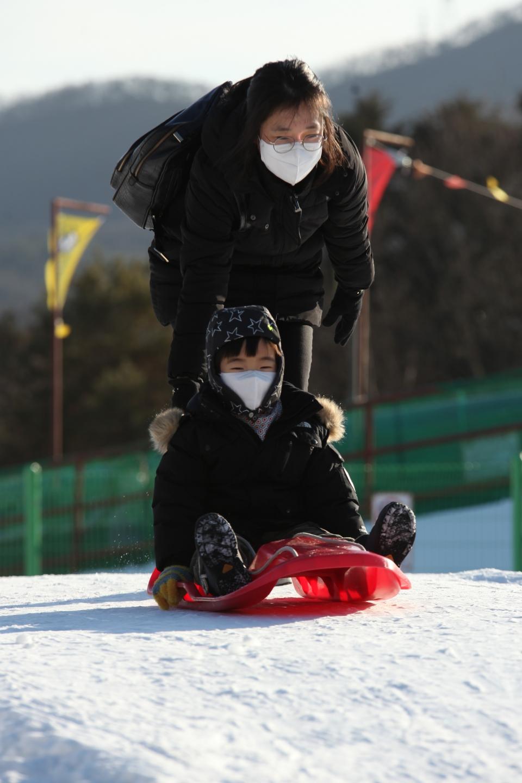 5일 오후 경기도 과천시 서울랜드에서 아이들은 눈썰매를 타고 있다. ⓒ홍수형 기자