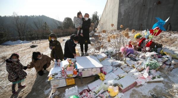 5일 경기 양평군 서종면 하이패밀리 안데르센 공원묘원에 안치된 故 정인 양의 묘지에서 추모객들이 고인을 추모하고 있다. 故 정인 양은 생후 16개월째인 지난해 10월 양부모의 폭력과 학대로 숨을 거두었다. ⓒ뉴시스·여성신문