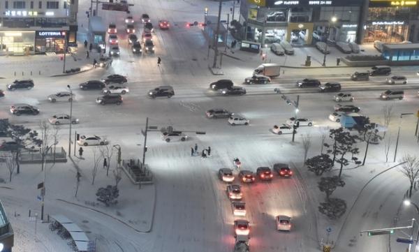 6일 저녁 수원시 영통구 망포동 도로에 눈이 쌓여 차량들이 거북이 운행을 하고 있다. ⓒ뉴시스