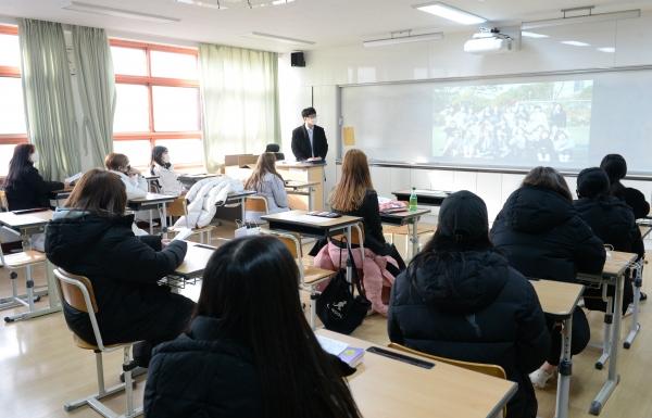 신종 코로나바이러스 감염증(코로나19) 가 전국적으로 확산하고 있는 가운데 5일 오전 울산 동구 화암고등학교에서 화상 비대면 졸업식이 열리고 있다.
