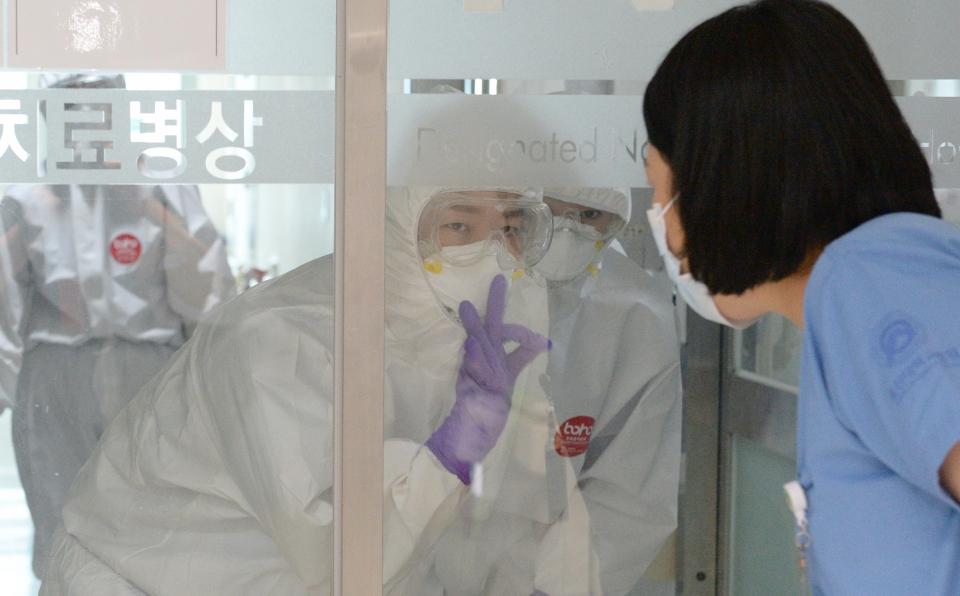 지난달 14일 코로나19 중증환자들이 입원 중인 울산 동구 울산대학병원 집중치료실간호사가 병실 상황을 설명하고 있다. Ⓒ여성신문·뉴시스
