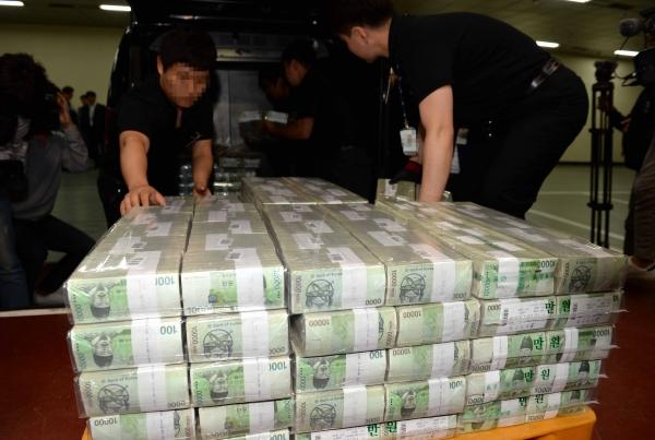 화폐를 수급하는 한국은행 ⓒ뉴시스.여성신문 ⓒ뉴시스.여성신문