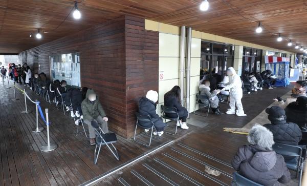 0시 기준 코로나19 신규확진자 665명으로 사흘 연속 600명대를 기록한 10일 오후 서울 송파구 보건소 코로나19 선별진료소에서 시민들이 검사를 받기 위해 기다리고 있다.
