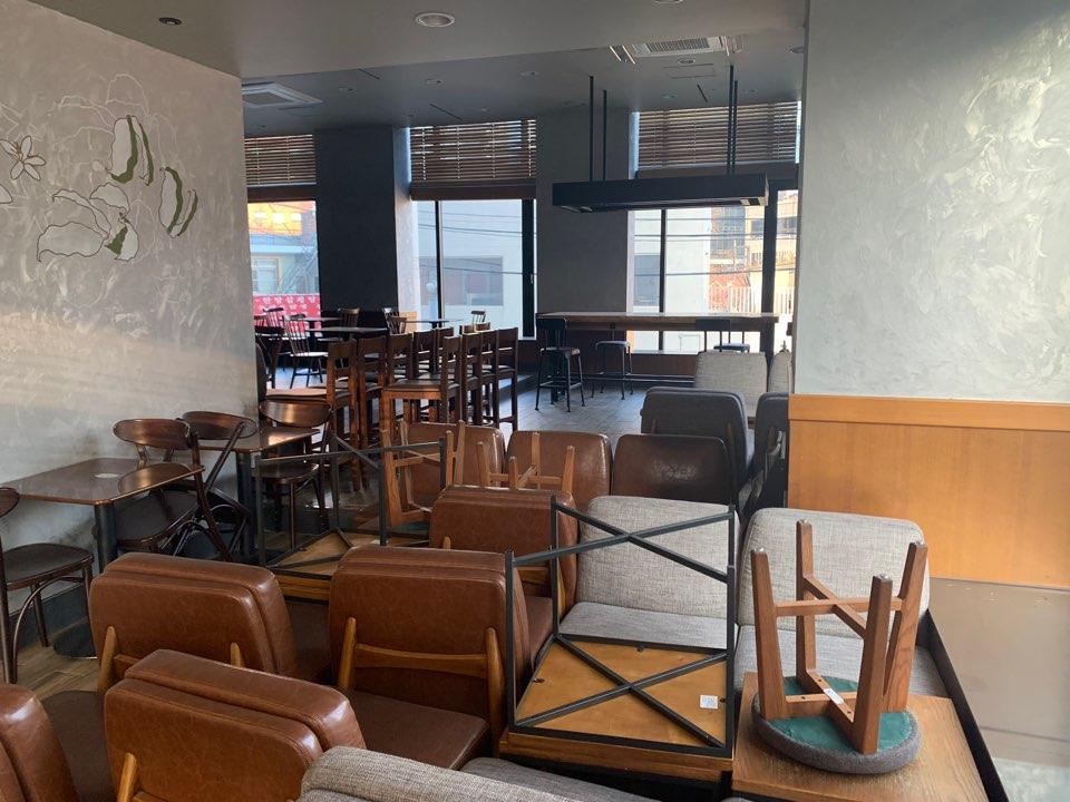 4일 오전 서울 서대문구에 위치한 한 대형 카페는 사회적거리두기 2.5단계가 오는 17일까지 연장되어 좌석 이용을 금지하고 포장과 배달만 허용했다. ⓒ홍수형 기자