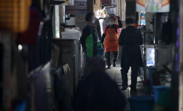서울 중구 남대문시장의 갈치골목에서 한 상인이 손님을 기다리고 있다. ⓒ뉴시스·여성신문
